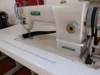 Máquina de costura Reta Industrial Siruba Semi Nova completa com mesa e motor
